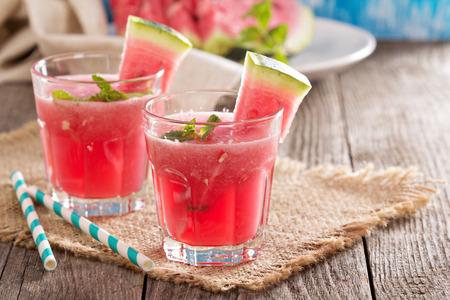 alimentos y bebidas: Bebida de la sandía en copas