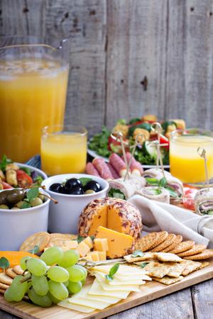 テーブルの上の多くの食品のチーズ プレート