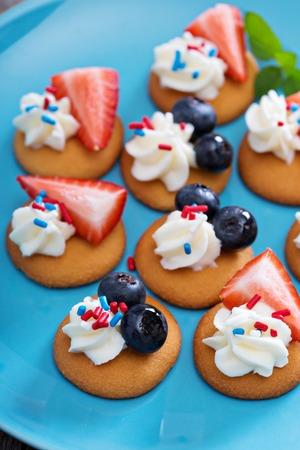 sweet treats: Tiny sweet treats with vanilla wafers, berries and cream cheese Stock Photo