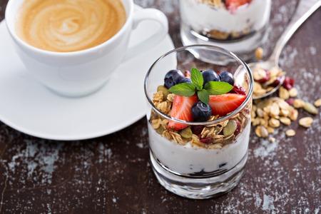 집에서 만든 그라 놀라와 요구르트 아침 식사 파르페 스톡 콘텐츠
