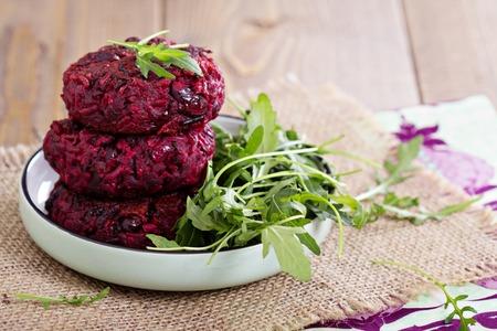 Bietjes veganistisch hamburgers met rijst en rode bonen