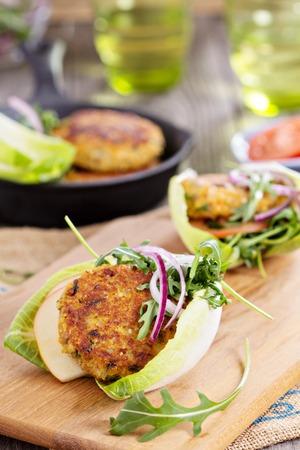 キヌアと野菜のベジタリアン ハンバーガー ルッコラとサラダ添え