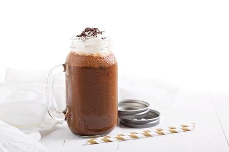 Шоколадный кофе молочный коктейль со взбитыми сливками и брызгает