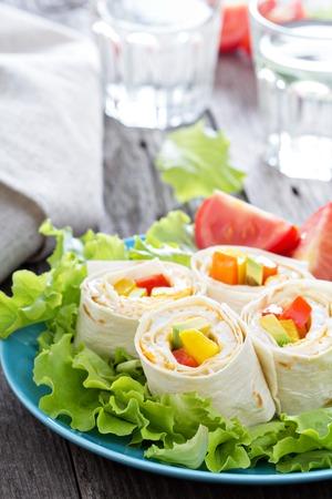 almuerzo: Saludable almuerzo merienda tortilla envuelve con tortilla y verduras Foto de archivo