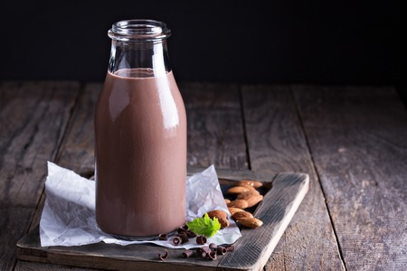 Homemade lait d'amande au chocolat dans une bouteille
