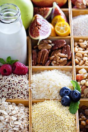 Frühstück Elemente in Holzkiste mit Getreide und Beeren Standard-Bild - 44368847