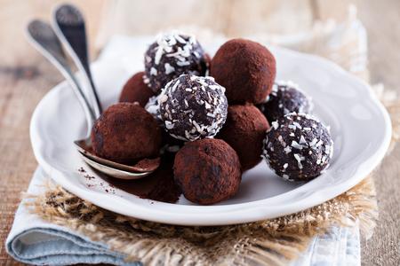 Trufas de chocolate sanas con frutos secos y las fechas Foto de archivo - 45659435