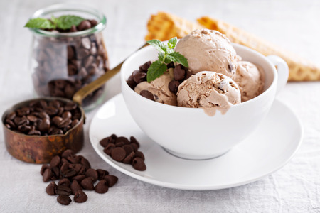 Big cup with scoops of chocolate coffee mascarpone ice cream Stockfoto
