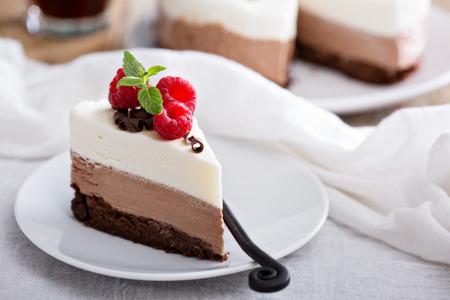 porcion de pastel: Tres chocolate mousse rebanada en un plato pequeño Foto de archivo