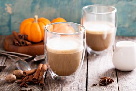Pompoen kruid latte met kruiden en pompoenpuree