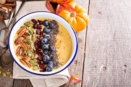 nutrientes: tazón de batido de calabaza con semillas de chía, nueces, arándanos y arándanos Foto de archivo
