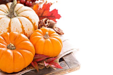epices: Pumpkin toujours la vie avec noix et épices isolé sur blanc