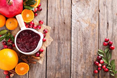 arandanos rojos: Salsa de ar�ndano en una olla de cer�mica en el fondo oscuro