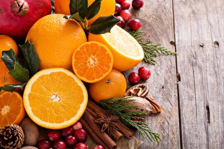 Herfst en winter ingrediënten Stilleven met sinaasappels, cranberry, noten en specerijen