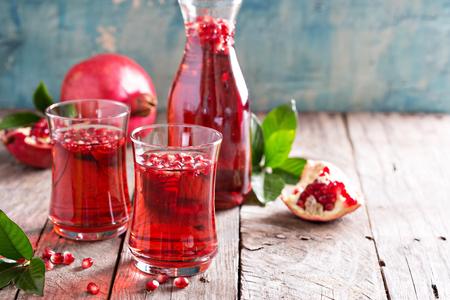ザクロ酒をスパーク リング水秋の冷たいお飲み物 写真素材
