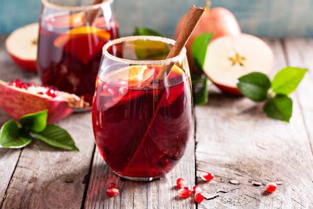 Herbst und Winter Sangria mit Äpfel, Orangen, Granatäpfel und Zimt