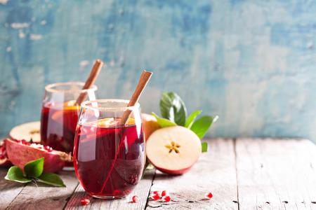 사과, 오렌지, 석류, 계 피와 가을과 겨울 상그리아