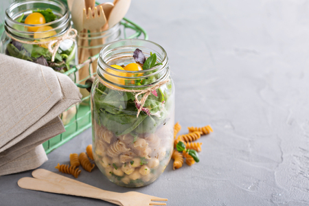 ensalada: Montaje de una ensalada frasco para un almuerzo para ir