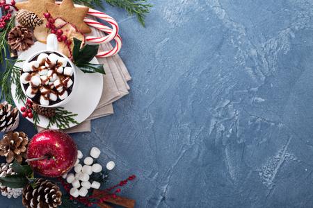 cioccolato natale: cioccolato caldo Natale con ornamenti e canna di caramella