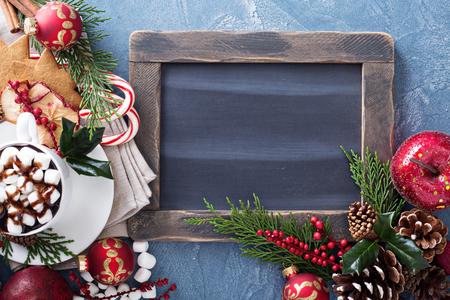 Kerstmis warme chocolademelk met ornamenten en snoep riet