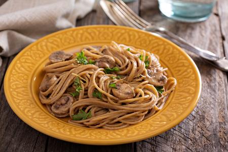 Mushroom whole wheat spaghetti with cream sauce Banco de Imagens