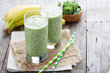 batidos frutas: Batido verde con el plátano y la col rizada fresca
