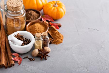 Zelfgemaakte pompoentaart kruiden in een glazen pot