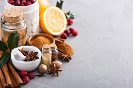 Zelfgemaakte Kerstmixen van kruiden in een glazen pot
