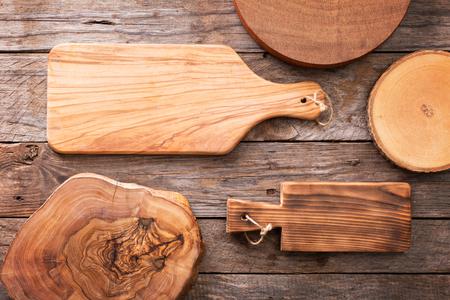 alimentos saludables: Fondo de madera con un mont�n de tablas de cortar