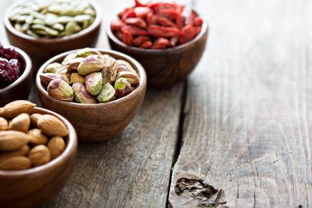 様々 なナッツや小さな木のボールにドライ フルーツ