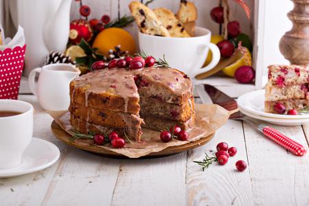 Oranje en cranberry kerst taart met kaneel glazuur Stockfoto