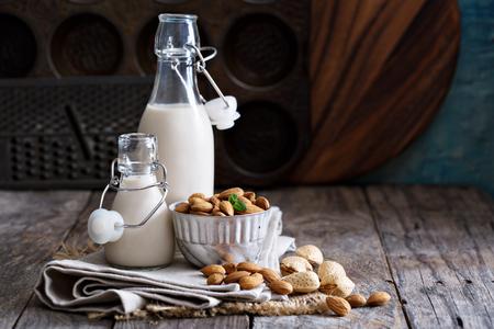 Tuerca de la almendra vegano leche no láctea en diferentes botellas con espacio de copia Foto de archivo