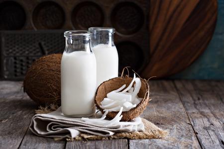 Кокосовое молоко веганский не молочные продукты в разных бутылках с копией пространства Фото со стока