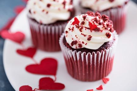 Rood fluweel cupcakes met decoraties voor Valentijnsdag Stockfoto