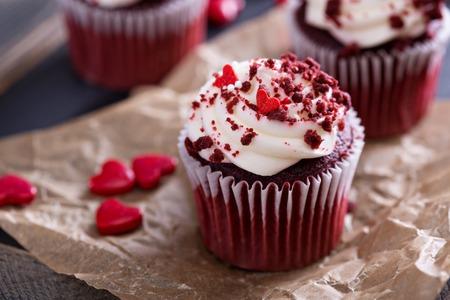Красный бархат кексы с украшениями на день Святого Валентина Фото со стока