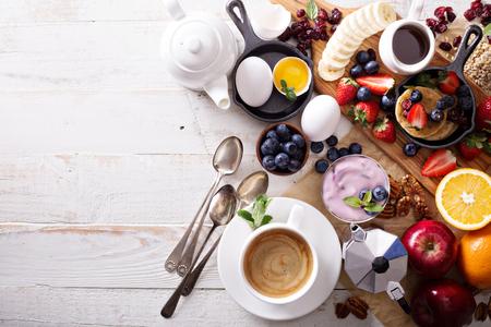 colazione: Colorati e gustosi ingredienti per la colazione sul tavolo bianco