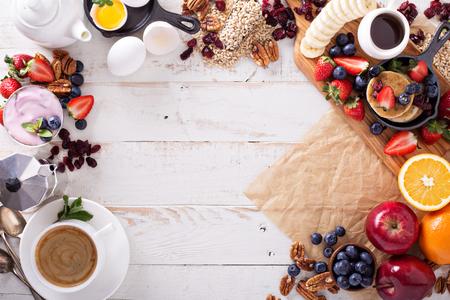 Kleurrijk en smakelijk ontbijt ingrediënten op witte tafel