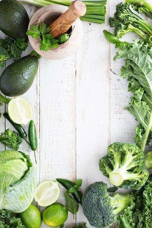 Groene verse groenten en fruit kopieer ruimte op witte lijst Stockfoto - 51701634