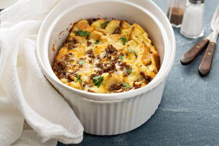 saucisse: Breakfast strates avec du fromage et des saucisses dans un plat de cuisson