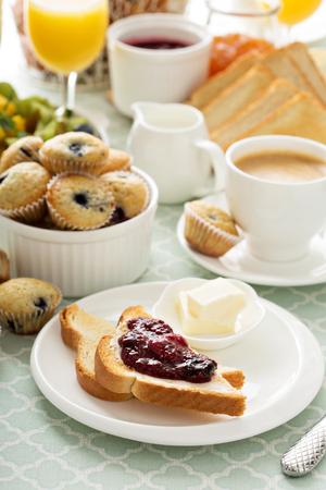 Mesa de desayuno continental fresco y brillante con mermelada en la tostada Foto de archivo - 53019853