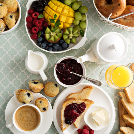 mesa de desayuno continental fresco y brillante con un plato de fruta Foto de archivo