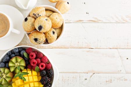 フルーツ プレートと新鮮で明るいコンチネンタル朝食のテーブル 写真素材
