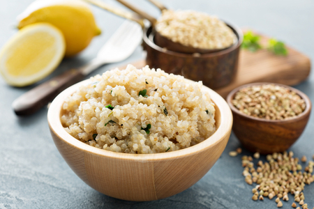 Cytrynowo zioła gotowane quinoa w misce Zdjęcie Seryjne