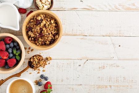 Ontbijttafel met muesli, koffie en verse bessen Stockfoto