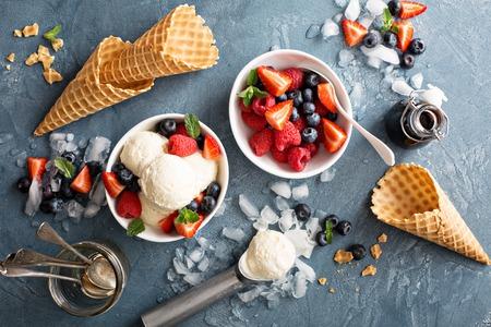 오버 헤드 샷 신선한 딸기와 바닐라 아이스크림 국자