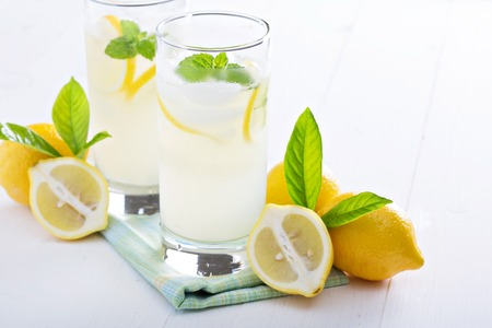 limonada: limonada casera fresca en vasos altos con hielo Foto de archivo