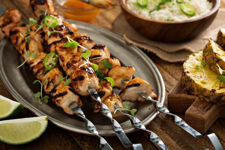 pinchos de pollo con salsa agridulce en los pinchos metálicos