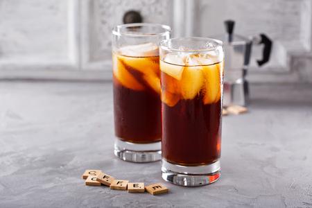 テーブルの上の背の高いグラスでアイス コーヒー