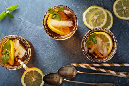 加柠檬和薄荷的冰茶