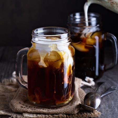 石工の jar ファイル テーブルの上のミルクとコーヒーをアイス